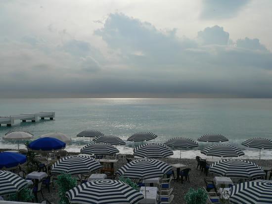 NICE اجمل مدن فرنسية من ناحية السياحة Parasol-plages-autres-mers-et-plages-nice-france-9336664081-918617