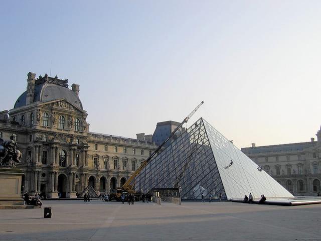 Nettoyage pyramide du louvre par jean pierre marro sur l 39 internaute - Pyramide du louvre inauguration ...