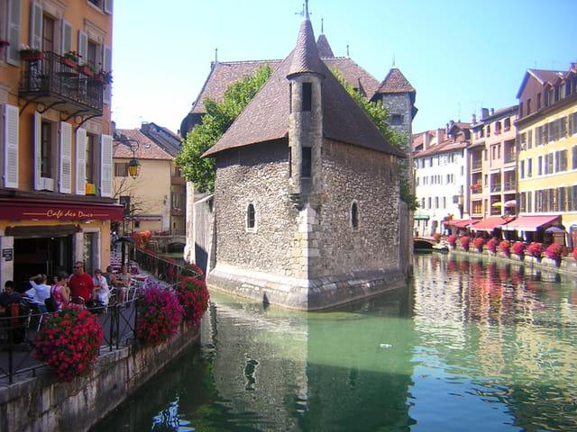 Centre ville d 39 annecy guide de voyage tourisme for Piscine annecy