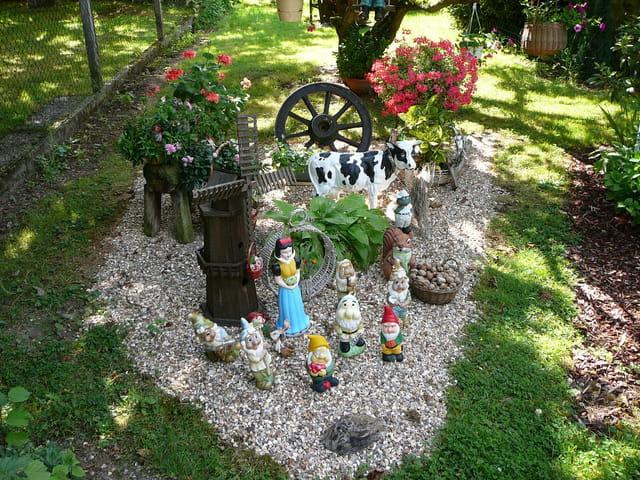 blanche neige et les sept nains dans un jardin en normandie par jacqueline dubois sur l 39 internaute. Black Bedroom Furniture Sets. Home Design Ideas