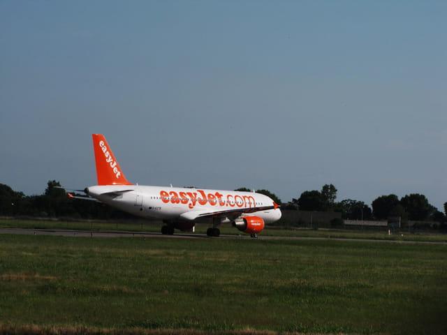 Avion de ligne airbus a319 easyjet par jean marc puech for Interieur avion easyjet