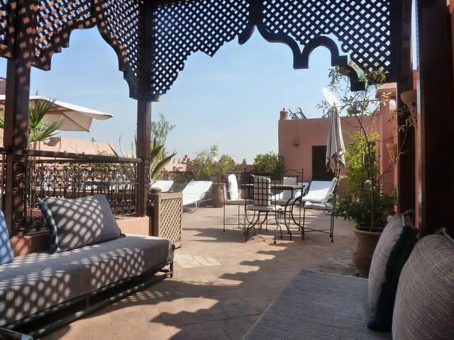 terrasse d 39 un riad marocain par evelyne renoux sur l 39 internaute. Black Bedroom Furniture Sets. Home Design Ideas