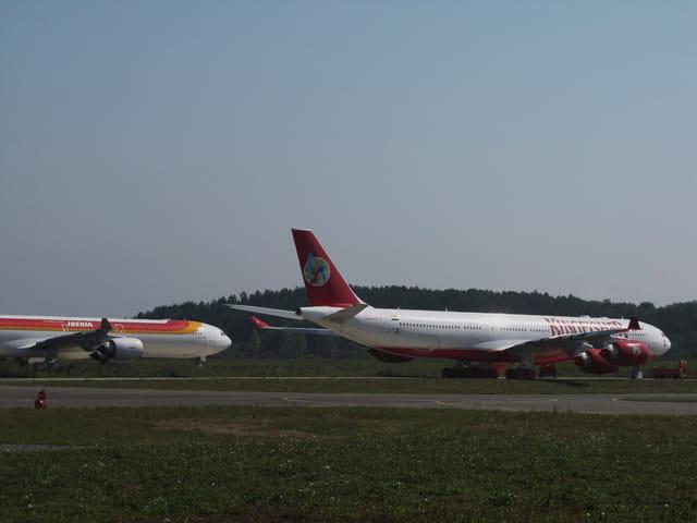 2 Airbus a 340 au tarmac de tarbes-lourdes.
