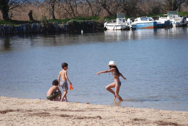 à la plage au bord du lac