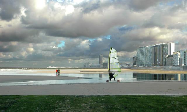 A toute voile sur la plage d'Ostende