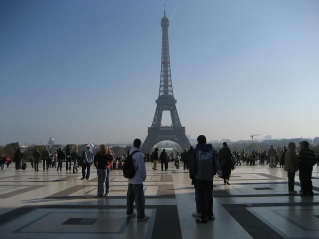 Admiration devant la Tour Eiffel