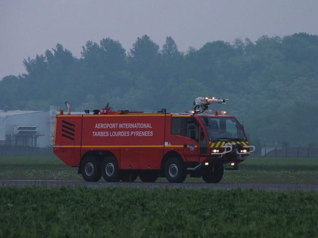 Aéroport de Tarbes-Lourdes. Camion de pompiers.