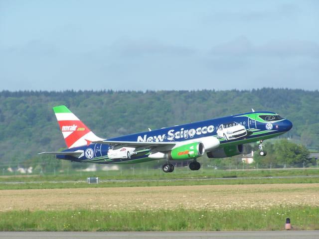 Airbus A 320  Myair.com, avec pub, décollant de l'aéroport de Tarbes-Lourdes