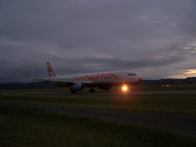 AIRBUS A 321 LIVINGSTON au roulage de l'aéroport TARBES-LOURDES. TOMBEE de NUIT.
