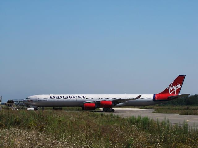 Airbus a 340-600 virgin - aeroport de tarbes-lourdes.