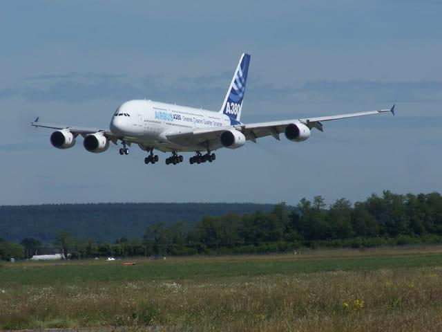 Airbus A 380, faisant un passage au-dessus de l'aéroport de TARBES-LOURDES.