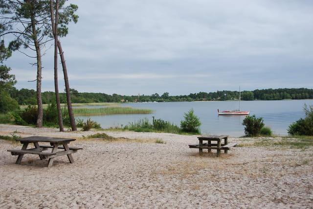 aire du pique nique au bord du lac