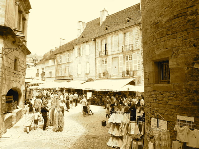 Ambiance du marché à Sarlat la Caneda