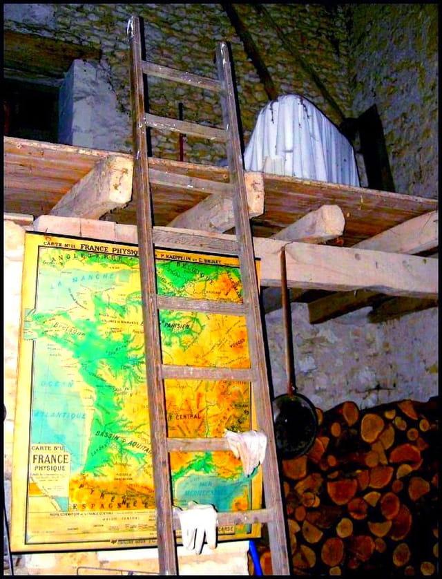 Ancienne carte de France remisée dans la grange