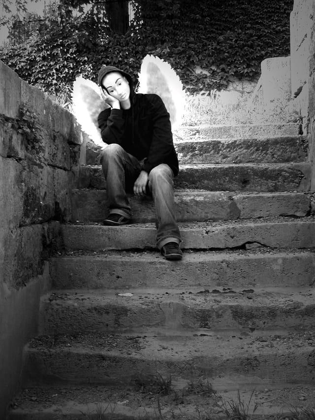 Ange dans l'escalier