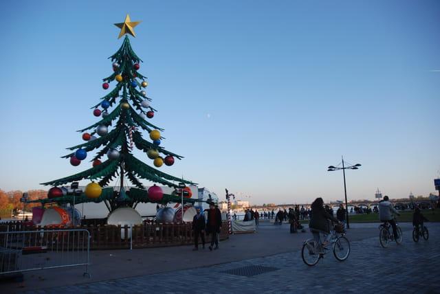 arbre de Noël sur les quais de Bordeaux