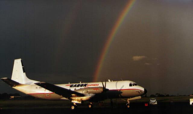 Arc-en-ciel au dessus d'un avion