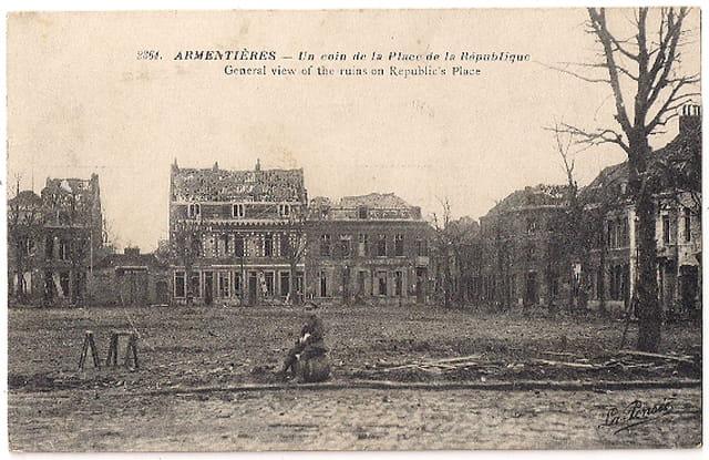 Armentières - Un coin de la Place de la République après bombardement