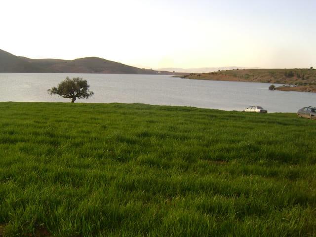 Au bord des eaux de barrage