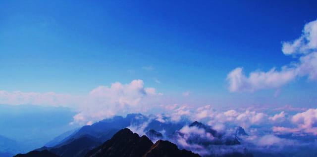 Au-dessus des montagnes.