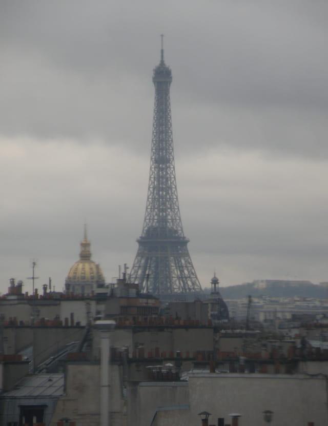 Au dessus des toits, l'angle Nord-Est de la Tour Eiffel