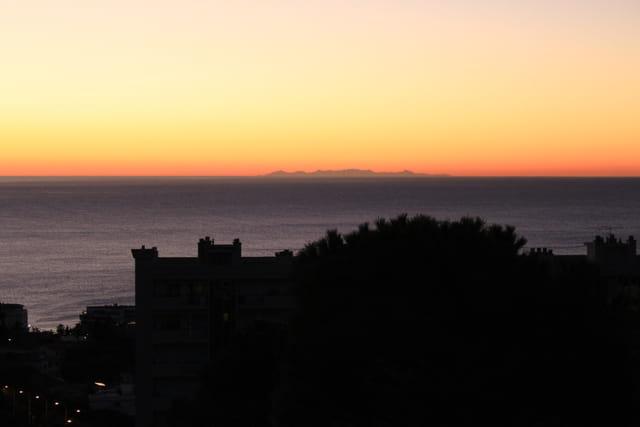 Au loin, la Corse