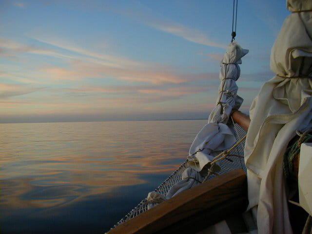 Aurore à la proue du voilier