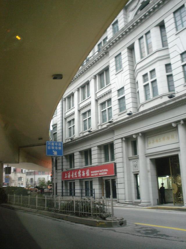 Autoroute à proximité d'un immeuble