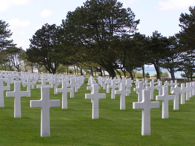 Autre perspective des pierres tombales du cimetière américain