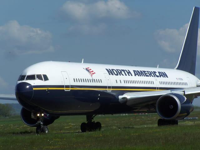 Avion Boeing 767 North American, au roulage à l'aéroport de Tarbes-Lourdes.