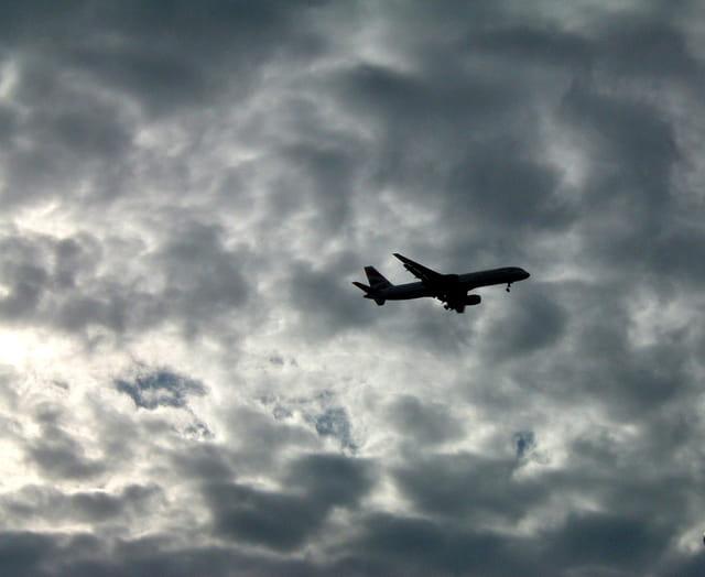 Avion dans ciel d'orage