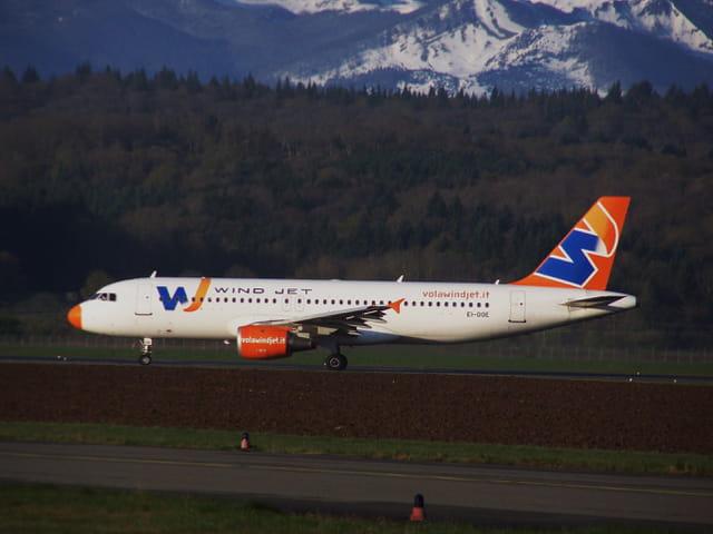 Avion de ligne Airbus A 320 - Cie  Wind Jet.