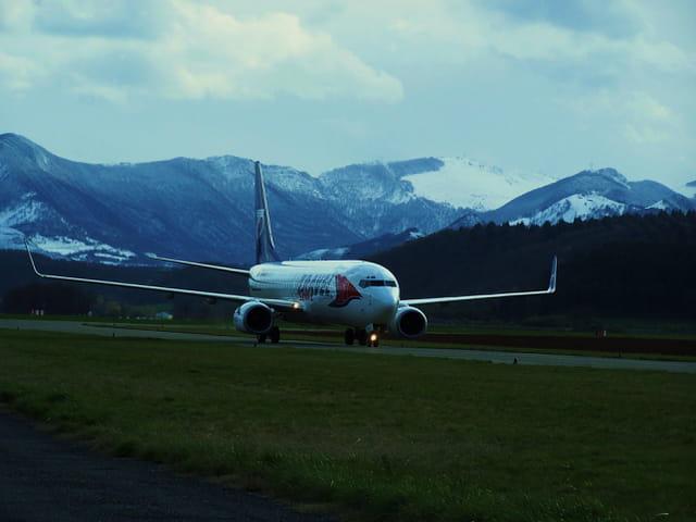 Avion de ligne Boeing 737-800 - Cie Travel service - Aéroport Tarbes-Lourdes.