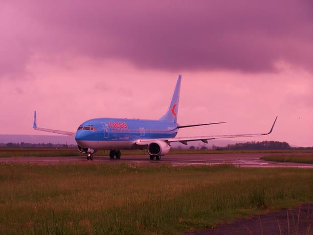 Avion de ligne Boeing 737-800, en partance sous l'orage.