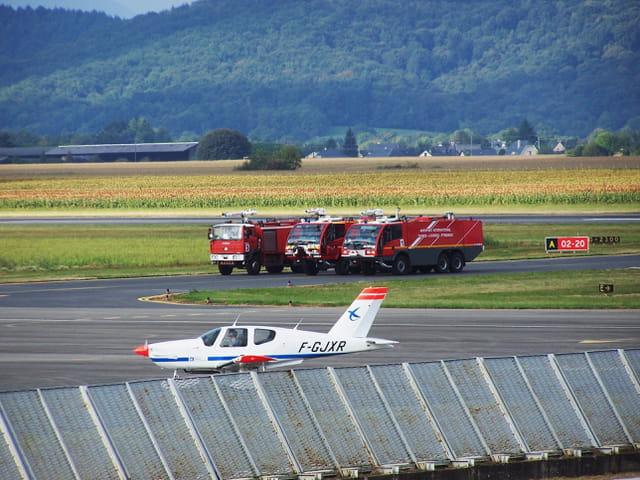Avion de ligne - Pompiers - Aéroport de Tarbes-Lourdes.