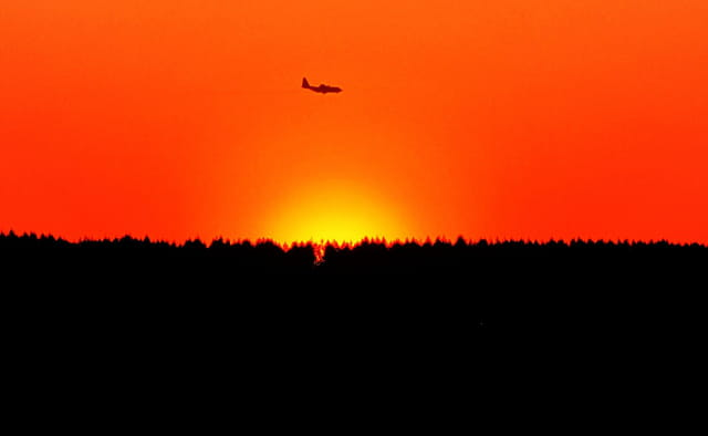 Avion de ligne sur fond de coucher de soleil.