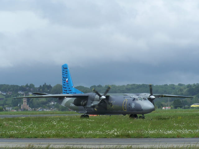 Avion militaire CZECH AIR FORCE - ANTONOV -au roulage de l'aéroport de TARBES-LOURDES.