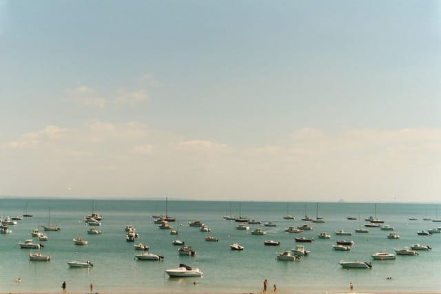 Petits bateaux dans la baie