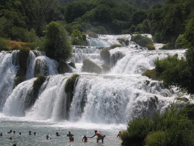 Baignade sous une cascade