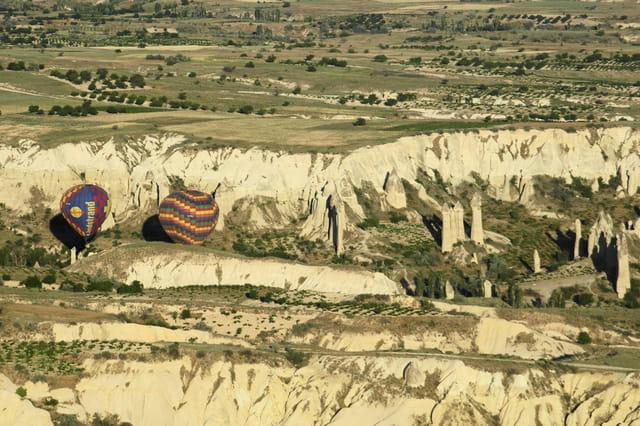 Ballons dans une vallée de Cappadoce