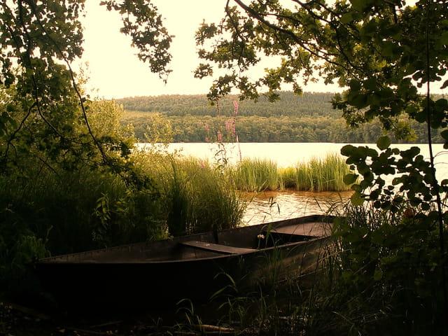 Barque au bord du lac