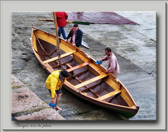 Barque sous la pluie.