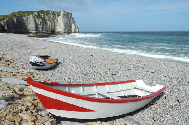 Barques de pêche sur la plage d'Etretat