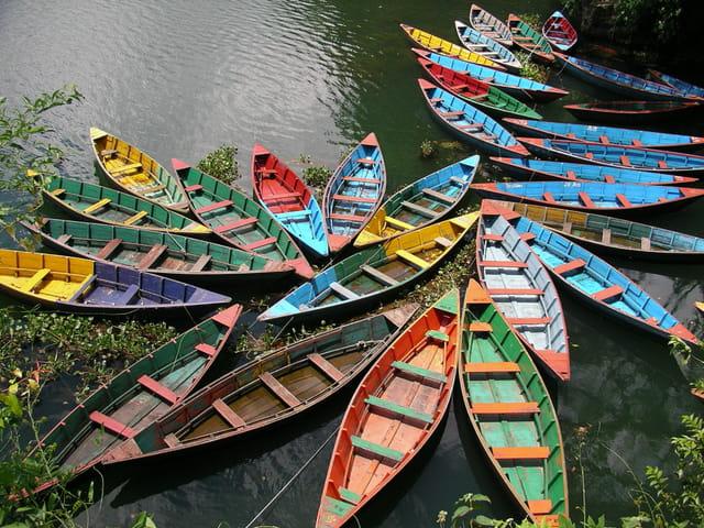 Barques sur le lac de Pohkara