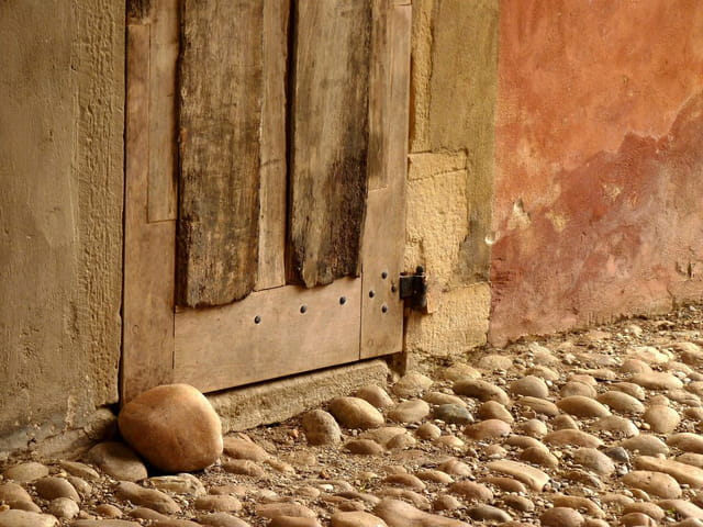 Bas de porte et pavés