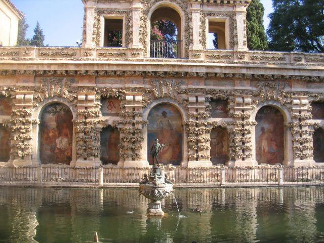 Bassin dans les jardins de l'Alcaza