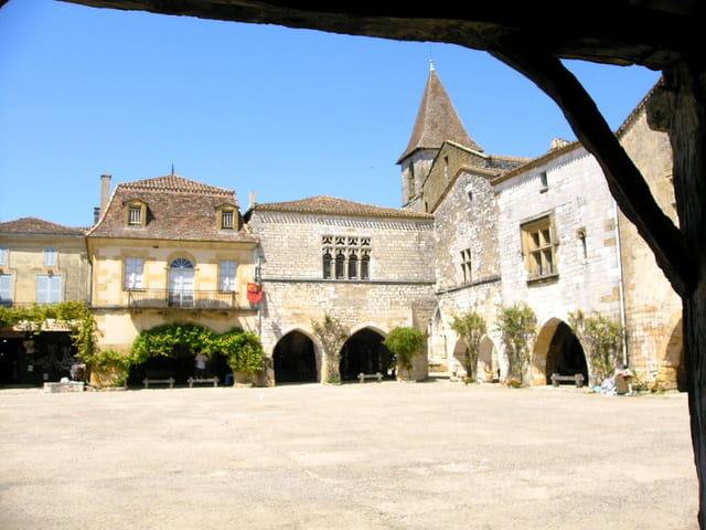 Bastide de Monpazier-place des cornières
