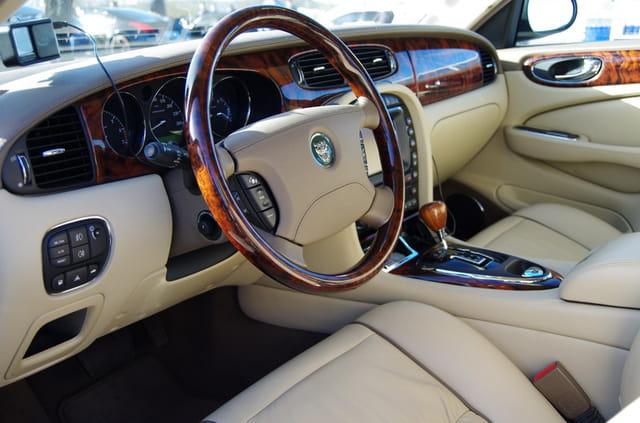 Beau tableau de bord d'une Jaguar Super V8