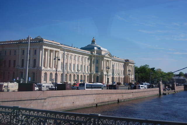 bel immeuble ancien au bord de la Néva