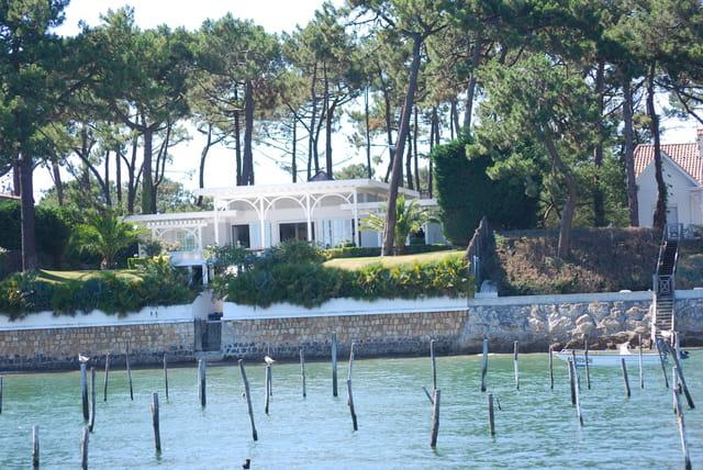 belle maison au bord de l'eau